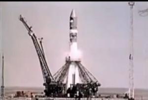 İlk insanlı uçuşu gerçekleştiren, Vostok - 1 Baykonur üssünden fırlatılmadan hemen önce.