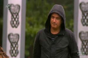 Survivor All Star sunucusu Acun Ilıcalı yağmur altında
